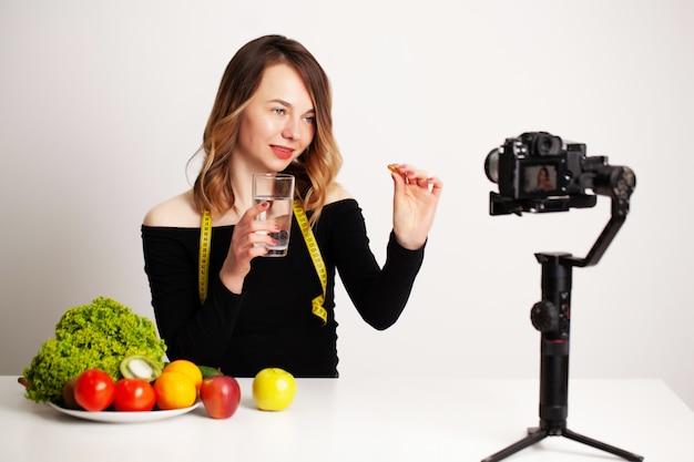 Lightroomの若い女性が減量と健康的な食事についてブログを書いています