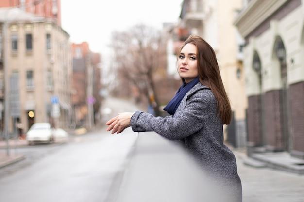 차례로 젊은 여자가 보인다. 겨울 옷에 아름다운 눈을 가진 여자의 초상화