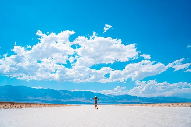 배드 워터 분지, 데스 밸리, 캘리포니아의 아름다운 하얀 소금을보고 젊은 여자. 미국