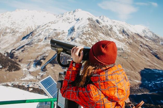 한 젊은 여성이 엘 브러 스 산을 바라 봅니다.