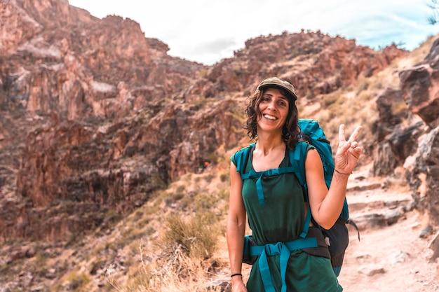 Молодая женщина на тропе яркого ангела в гранд-каньоне. аризона