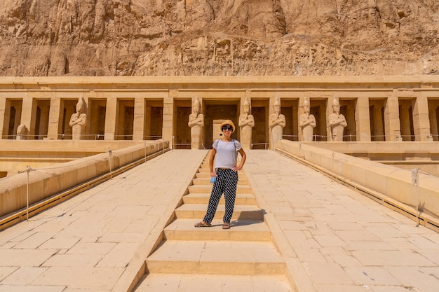 ルクソールのハトシェプスト女王葬儀寺院への入り口の階段にいる若い女性。エジプト
