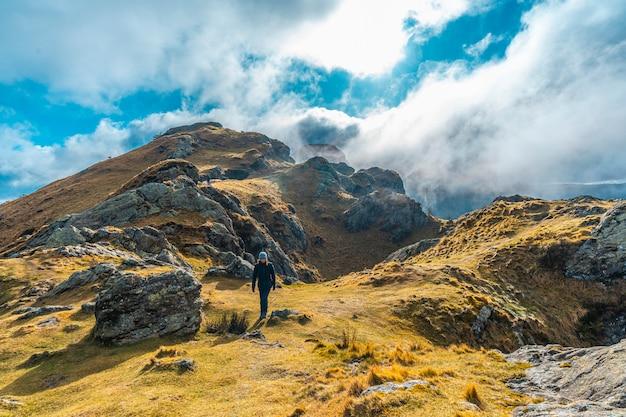 Молодая женщина на треккинге на вершине горы аиако харрия, гипускоа. страна басков