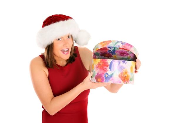 흰색 위에 크리스마스 선물을 여는 젊은 여자