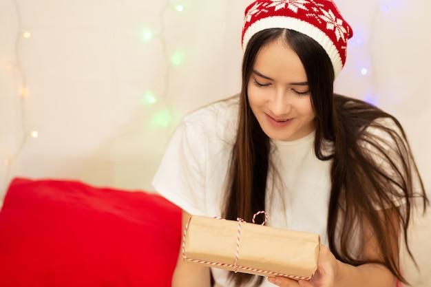 若い女性が家族や友人への贈り物を準備します