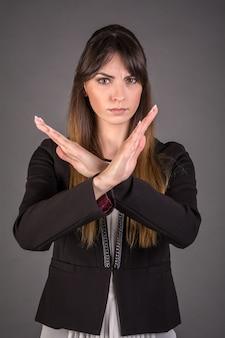 Молодая женщина говорит нет