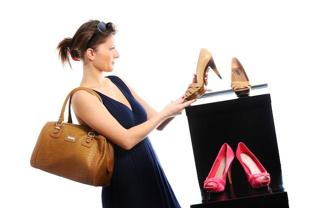 흰색 배경 위에 신발 쇼핑 젊은 여자