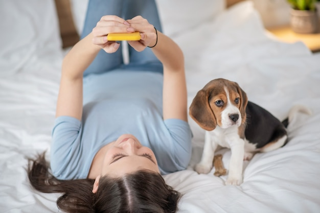 Молодая женщина проводит время дома со своим щенком