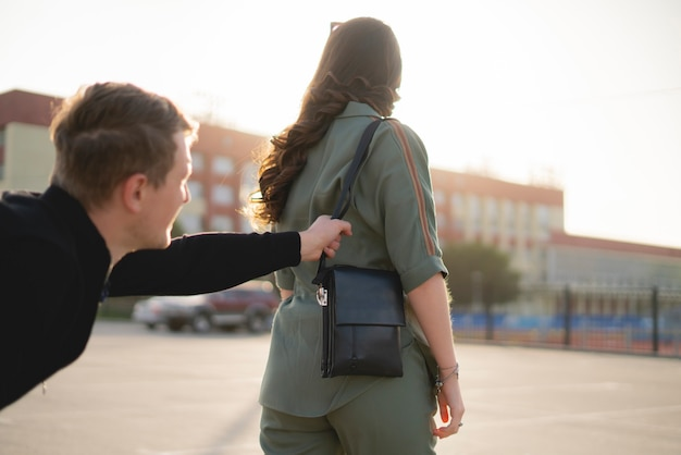 도시 거리를 걷고 있는 젊은 여성과 강도는 그녀의 가방, 범죄, 폭력 개념을 훔치려 합니다.