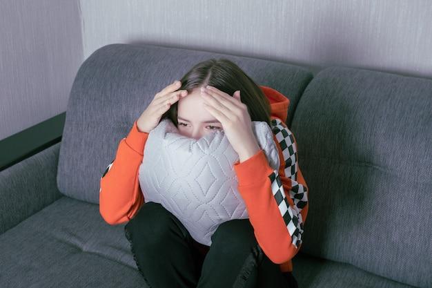 Молодая женщина смотрит телевизор