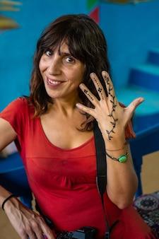 アスワン市近くのヌビアの村で黒い宝石の入れ墨をした若い女性。エジプト