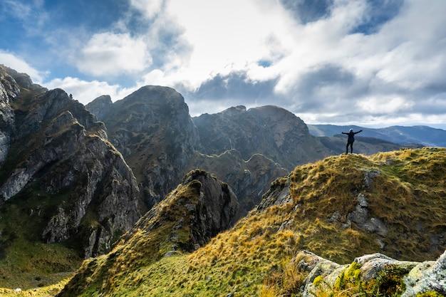 Молодая женщина с шляпой на вершине на красивой горе aiako harria, гипускоа. страна басков