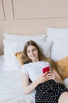 젊은 여성이 직장에서 홈 오피스 매니저 또는 프리랜서에서 일합니다. 원격 교육. 그녀의 방에서 공부하는 학생 여자. 온라인 쇼핑, 집안일, 프리랜서 및 온라인 학습 개념