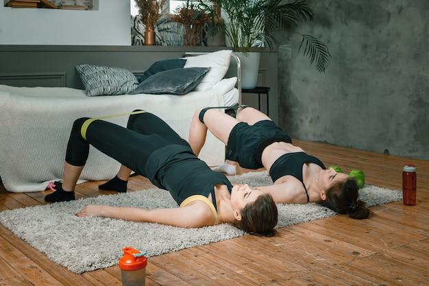 若い女性が自宅でスポーツ、オンライントレーニングに参加します