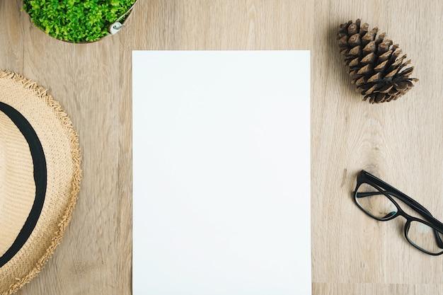 木製テーブルの上に空白のa4用紙。