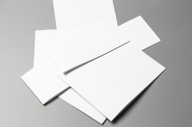 Пустой портрет a4. брошюра журнал, изолированных на серый