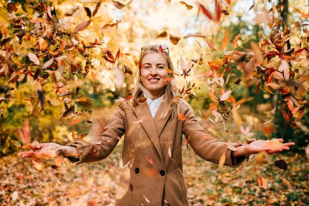 公園で遊ぶ若いビジネスファッショナブルな服を着た女性。 a