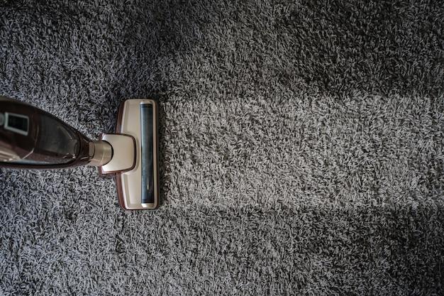 Крупный план человека, используя пылесос a пылесос профессиональный пылесос