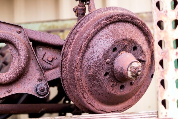 錆びた自動車ブレーキドラムとスピンドル、aフレーム付き