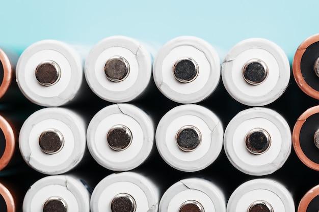 Батарейки aa в качестве текстурного фона в полноэкранном режиме. концепция энергоснабжения и рационального использования