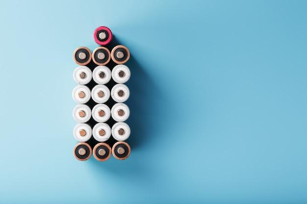 Пальчиковые батарейки аа в виде большой батарейки на синем фоне.