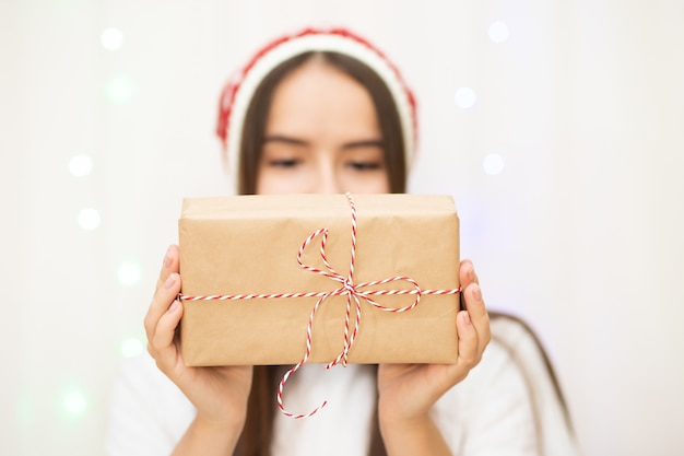Aa若い女性が家族や友人への贈り物を準備します