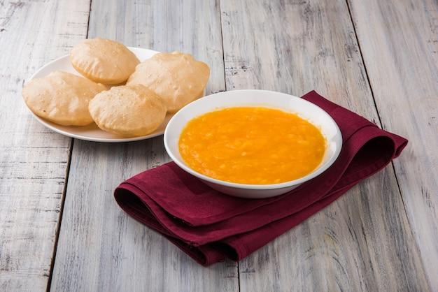 Aam ras puriは、季節のデザートとして提供されるおいしいインドのレシピです。aamrasは、プレーンなマンゴーピューレまたはパルプで、カラフルな背景または木製の背景の上にセラミックのボウルとプレートで提供されます。セレクティブフォーカス