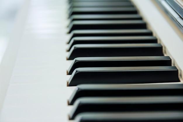 白いスペースをたくさん持っているabに中心のピアノキーボードのクローズアップ