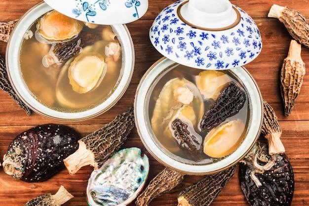 그릇에 전복과 모렐 중국 수프
