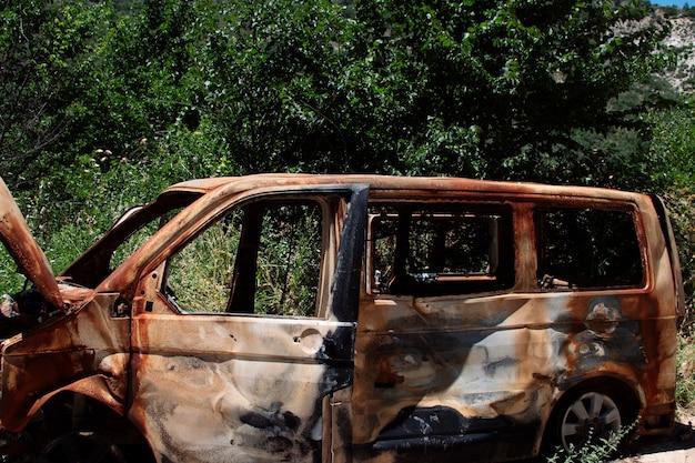 숲 한가운데 버려진 자동차