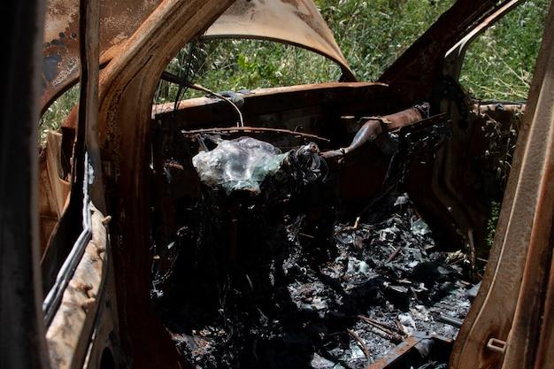 森の真ん中で捨てられて燃やされた車