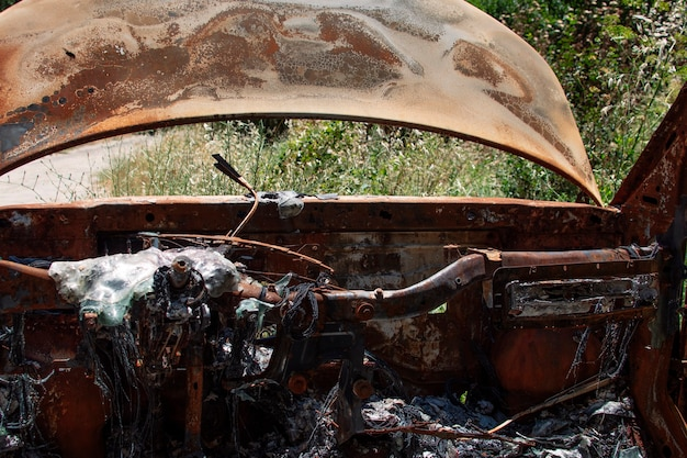 Брошенная и сгоревшая машина посреди леса