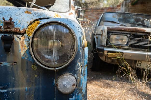 放棄された車と錆びた車