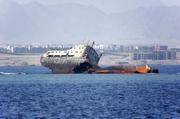 放棄されたさびた難破船。