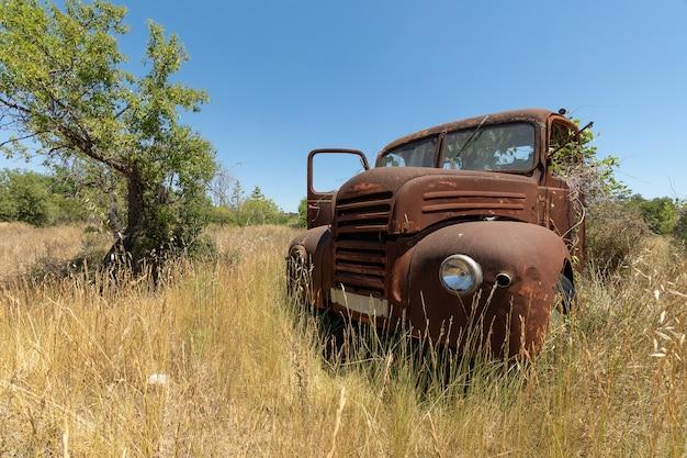 国の真ん中に放棄された、錆びたトラック
