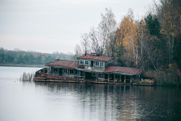 체르노빌의 프리 피야 티에있는 호수에 버려진 베이
