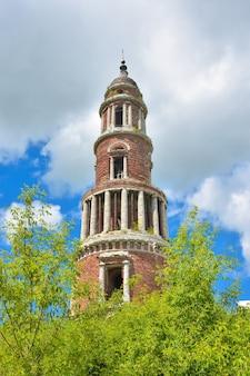 기둥이있는 벽돌로 만든 십자가가있는 버려진 종탑