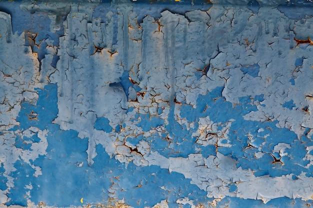 밝은 파란색과 진한 파란색 필링 페인트 배경이 있는 버려진 파란색 벽