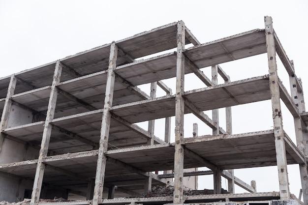 하늘을 배경으로 도시에 버려진 벽돌 건물.