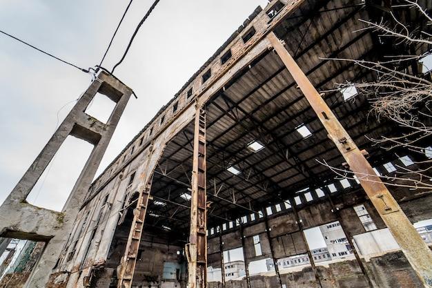 戦後、市内にがれきのある廃屋。破壊後の廃墟解体現場の壊れた家。閉じる