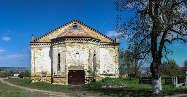 Заброшенная католическая церковь святой троицы в селе лиманское, одесская область, украина