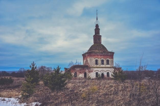 버려진 cosmodamian 교회, cosmas 및 damian 교회 파괴, 버려진 기독교 사원, 푸른 하늘에 대한 사원