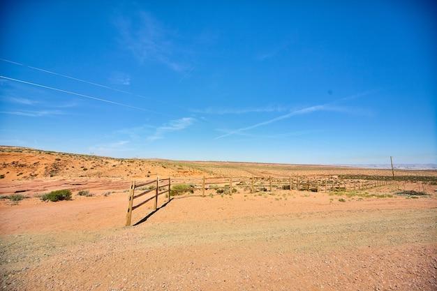 버려진 울타리는 사막 한가운데 아무데도 이어지지 않는다