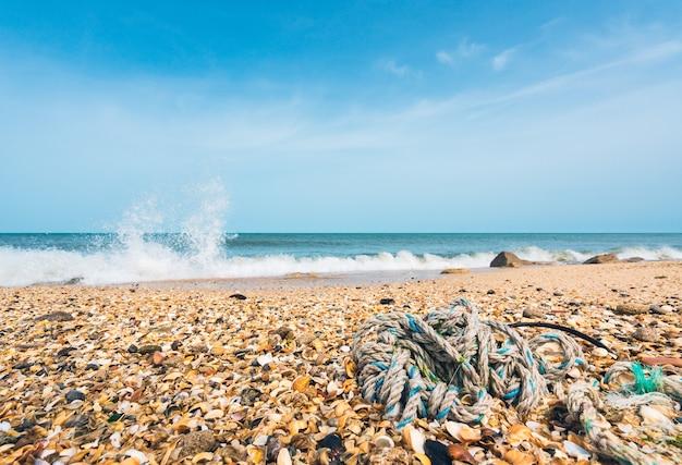 岸に捨てられた釣りロープ