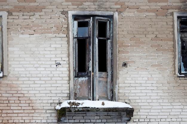 버려진된 집입니다. 창문에 깨진 유리. 비상 주택. 고품질 사진