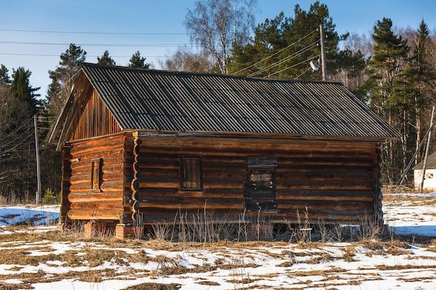 Заброшенный дом из дерева в лесу холодный день