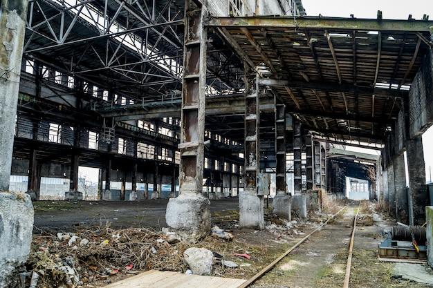 Заброшенное производственное здание. руины старого завода.