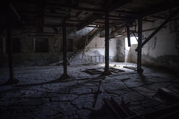 깨진 바닥과 버려진 산업 어두운 방