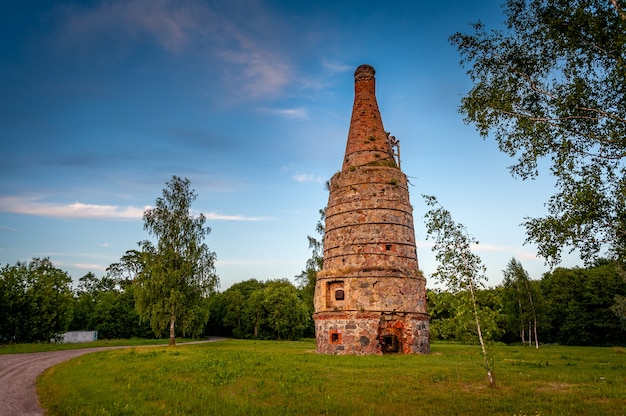 ラトビアのヴィティーニ村にある放棄された石灰窯。日没時の田園風景。