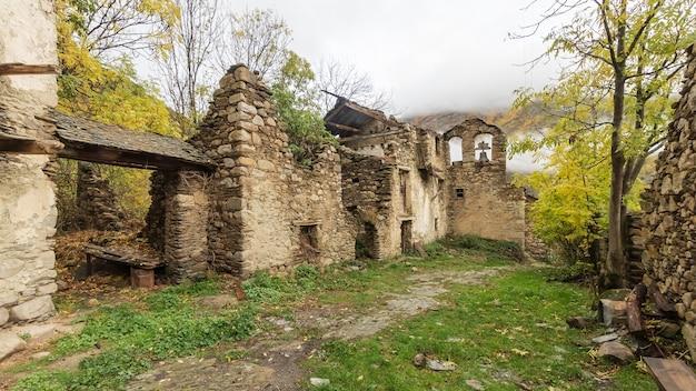 放棄された山の村